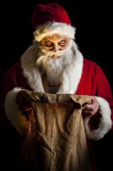 8381367-un-scary-santa-regardant-tenant-un-sac-present-brillant_231x350